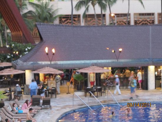 Outrigger Reef Waikiki Beach Resort: pool area bar - fun place