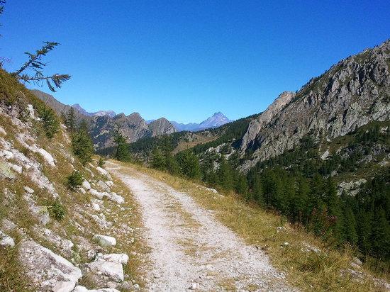 Locanda degli Elfi: Un sentiero delle varie passeggiate che consente il territorio