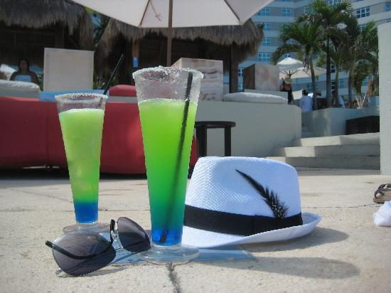 ME Cancun: Margaritas at the infinity pool with my glasses and & hat