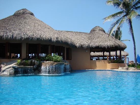 Torres Mazatlan Resort: restaurant and pool at Torres Mazatlan
