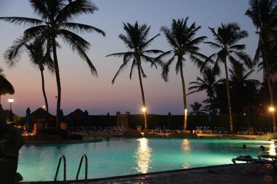 Torres Mazatlan Resort: Pool at night - Torres Mazatlan