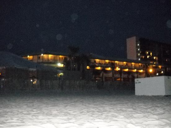 The Sandpiper Beacon Beach Resort: The hotel at night.