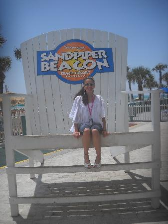 The Sandpiper Beacon Beach Resort: Sitting in the huge hotel chair