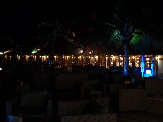 Vilamendhoo Island Resort & Spa: One of the restaurant on the night.