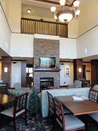 Staybridge Suites Great Falls: Lobby & breakfast area
