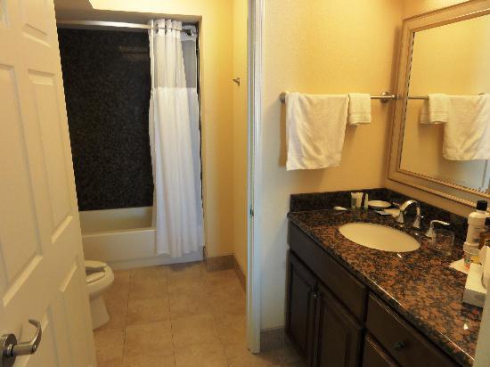Staybridge Suites Great Falls: Dressing area & bathroom