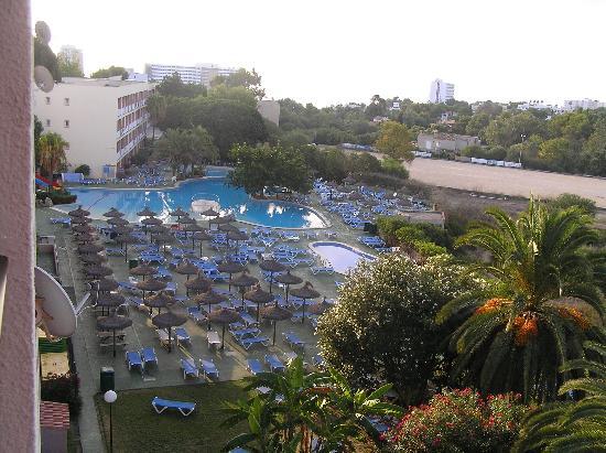 HYB Eurocalas: Vue de la chambre sur les piscines