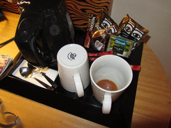 Radisson Blu SkyCity Hotel, Arlanda Airport: Dirty coffee cup from previous day not cleaned by maid