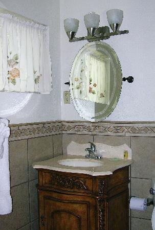 Golden Hills Motel : Quaint, sparkling-clean bathroom!