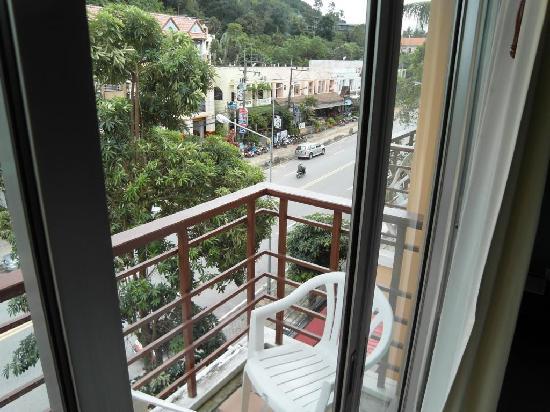 อ่าวนาง วิว ลาวิลล่า: balcony and street