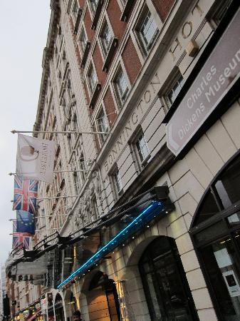 ดับเบื้ลทรี บาย ฮิลตัน - ลอนดอน เวสท์เอนด์: Bonnington Hotel sign