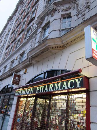 ดับเบื้ลทรี บาย ฮิลตัน - ลอนดอน เวสท์เอนด์: Holborn Pharmacy & sign of hotel.