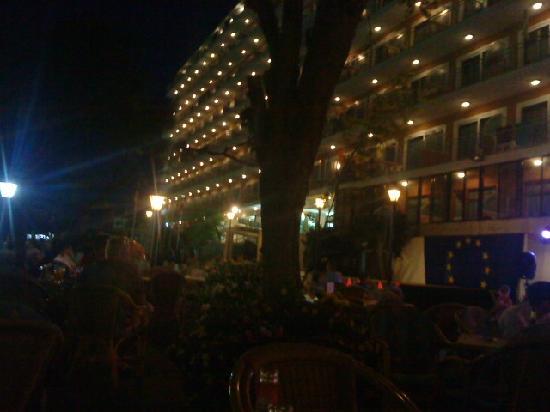 Playa Moreia Apartments: hotel at night