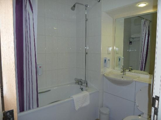Premier Inn Ebbw Vale Hotel : The Bathroom