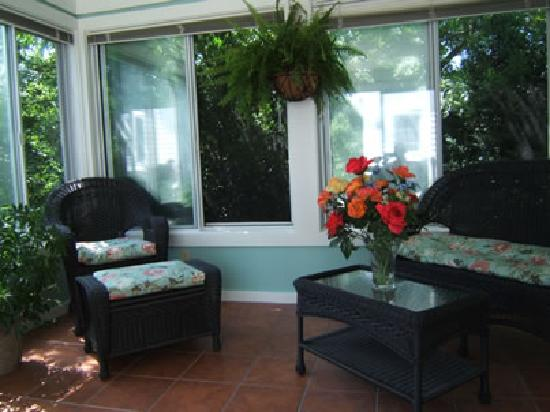 Enfield House B & B: Sunroom