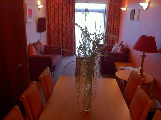 Cedar Court Hotel Bradford: living room area of suite