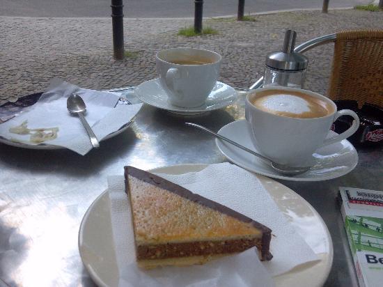 โรงแรมอาเซล เบอร์ลิน: Excellent pastry/coffee shop across the street