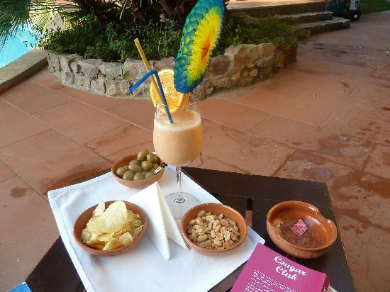 Nora Club Hotel: Cocktail pris au bord de la piscine