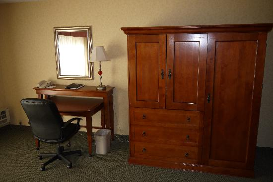 Red Lion Hotel Port Angeles: Armoir / Desk