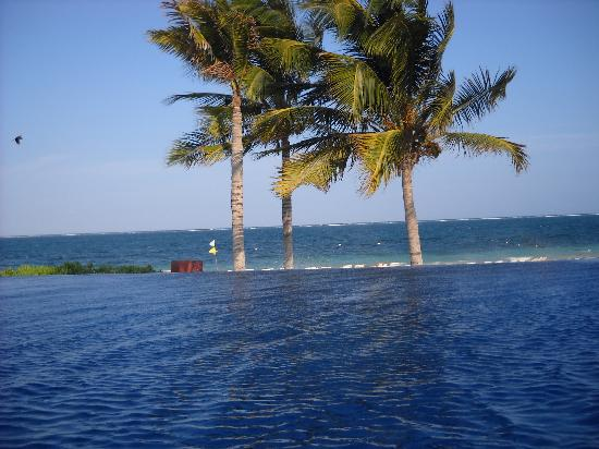 Dreams Riviera Cancun Resort & Spa: View from Infinity Pool