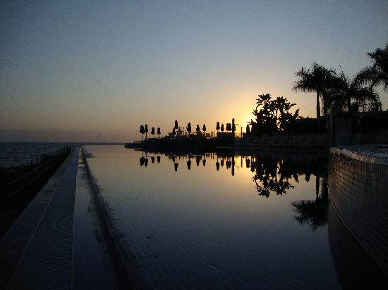 Marina Suites: Infinity Pool at Sunset