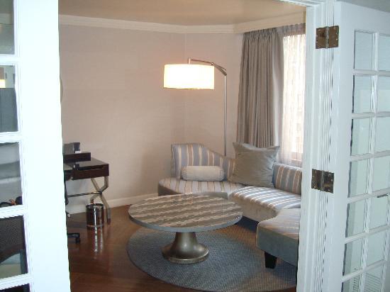 เดอะลอนดอนNYC: Looking from bedroom to living room