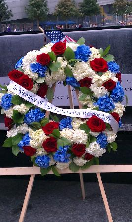 อนุสรณ์ 9/11: A wreath left at the North Tower Fountain