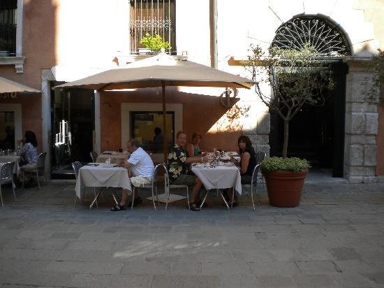 Ca' Pisani Hotel: Eating breakfast outside in the courtyard
