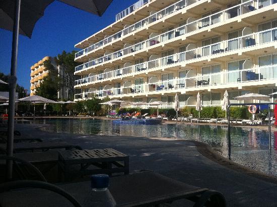 Las Gaviotas Suites Hotel: The largest pool