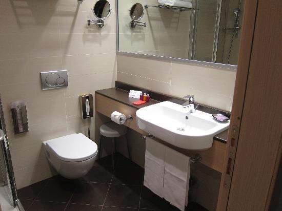 โรงแรมโรมา: IQ Hotel - Room 411 bathroom