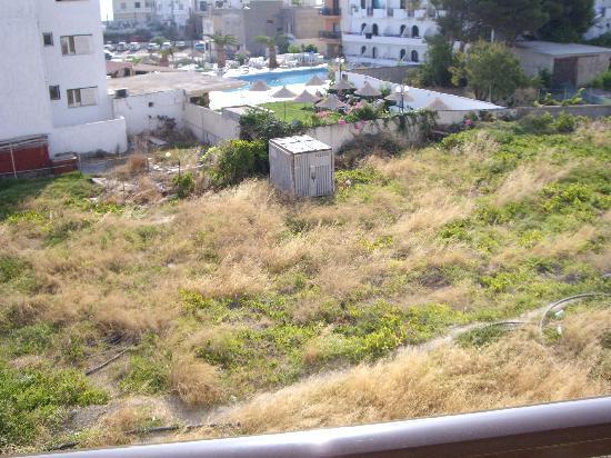 Hersonissos Palace Hotel: vista dalla camera (casetta tra erbacce)