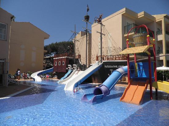 Viva Cala Mesquida Resort & Spa: Piscina infantil con barco pirata y toboganes
