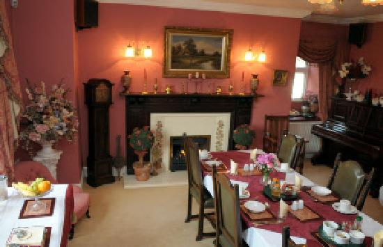 Lower Marsh Farm B & B: The dinning room is warm and welcoming
