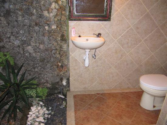 โรงแรมไอดา: open bathroom