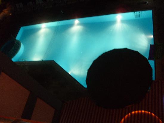 Happy Apart Hotel: Pool at night