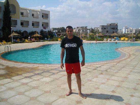 Zodiac: moi devant la piscine de l'hotel