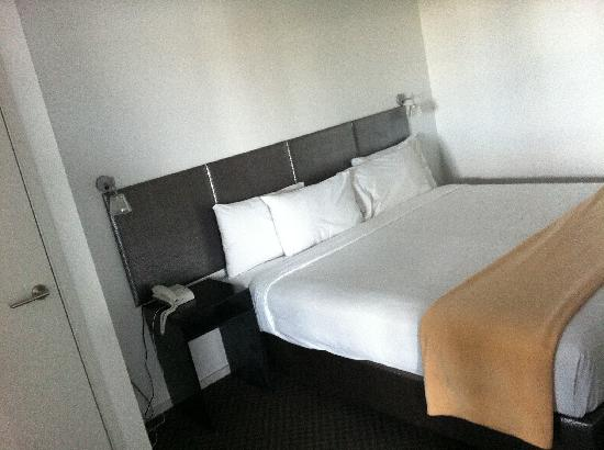 Waldorf St. Martins Apartment Hotel: Bedroom 1 - mega-bed, I think you could separate into 2 - didn't ask though