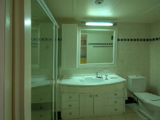 Narrowneck Court: Bathroom