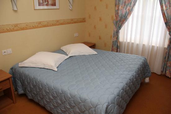 Hostellerie Saint Louis: Half of Superior bedroom Flandres 2011