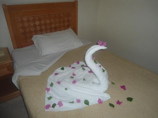 Mexicana Sharm Resort: Swan on bed