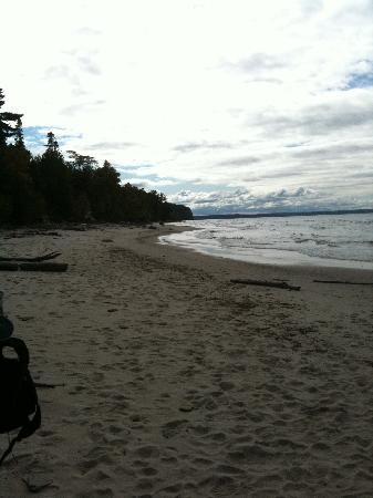 Pictured Rocks National Lakeshore: Deserted beach in the middle of day