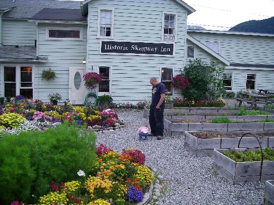 Historic Skagway Inn: my daughter and I play in the garden