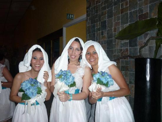 Playa Tortuga Hotel & Beach Resort: las damas aunque mojadas muy felices