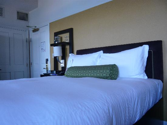 Harbor Court Hotel: Comfy bed, pristine room