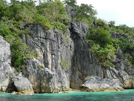 Caramoan, ฟิลิปปินส์: Limestone rocks and gem color waters of Matukad Is.