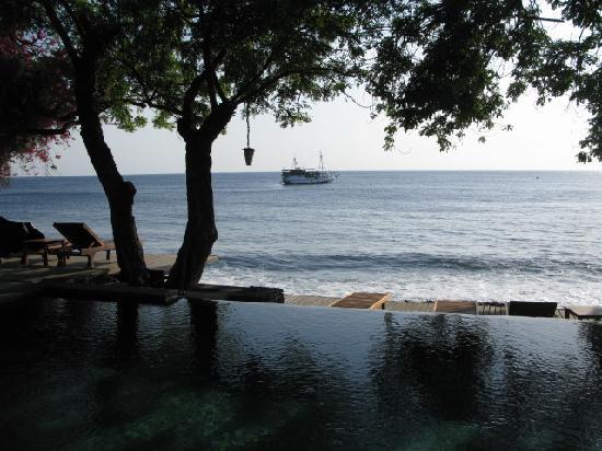 Mimpi Resort Tulamben: Pool and Beach