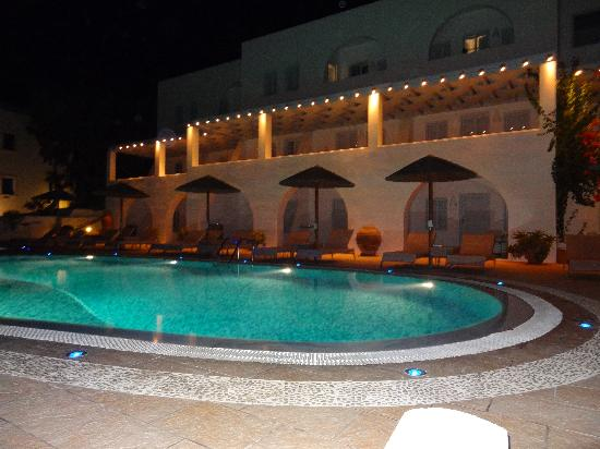 Lilium Villas: Pool at night