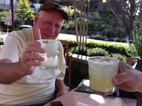 Bedwell Bay Pub: Wonderful Margaritas Outside at Poetscove Pub Restaurant