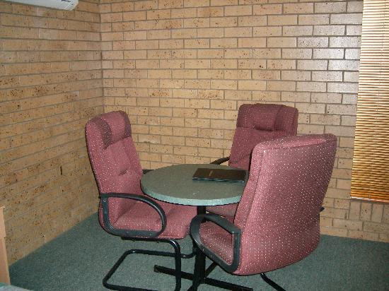 Macintyre Motor Inn: Comfortable Table and Chairs
