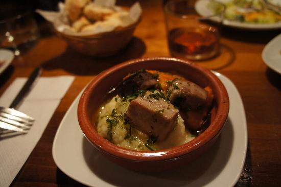 Tapeo de Cervantes: マグロを焼いたもの。下は、カリフラワーのペーストと、人参のペースト